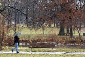 Una mujer pasea por un Parque deNew Jersey en un lluvioso día de. Las fuertes lluvias están afectando gran parte de Nueva Jersey