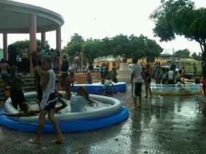 Jovencitos disfrutan del Piscinazo 2011  - foto Rossy Caceres