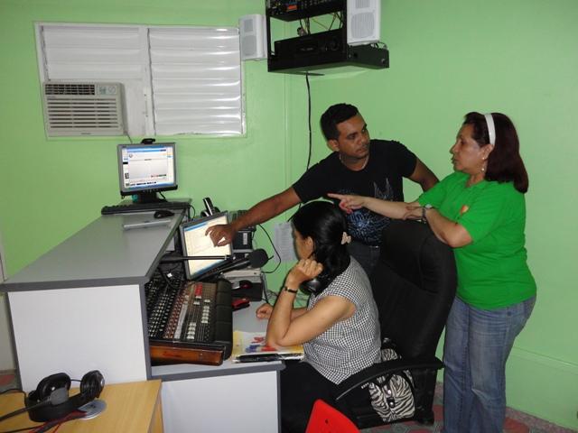 Yanira Pino en la Cabina de la 106.3 Radio CTC - Cayetano Germosén
