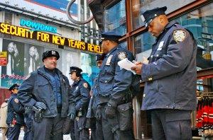 La-Policia-de-Nueva-York-y-Mic_54335984162_53389389549_600_396